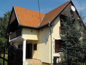 Balatonmáriafürdő központjában, csendes mellékutcában, vízközeli, kétszintes, igényesen felszerelt nyaralóház 10 fő részére.